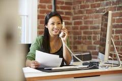 Женщина работая на компьютере в современном офисе Стоковое Изображение RF