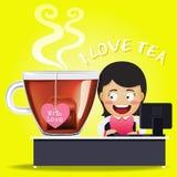 Женщина работая на компьютере и большой чашке чая Стоковые Фотографии RF