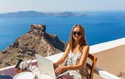 Женщина работая на компьютере на набережной Стоковое Фото