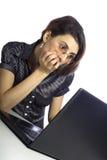 Женщина работая на компьютере Стоковое Изображение RF