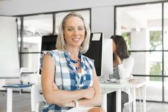 Женщина работая на компьютере Стоковое Фото