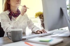 Женщина работая на компьютере Стоковые Фотографии RF