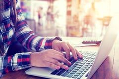 женщина работая на кофейне и используя современные компьютер и клавиатуру Стоковые Фотографии RF