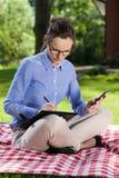Женщина работая на одеяле Стоковое фото RF