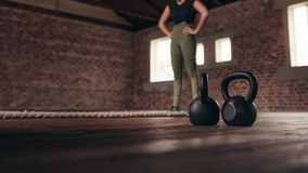 Женщина работая на спортзале перекрестной тренировки стоковые фотографии rf
