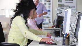 Женщина работая на столе в многодельном творческом офисе сток-видео