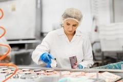 Женщина работая на транспортере фабрики мороженого Стоковая Фотография RF