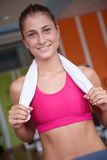Женщина работая на третбане в спортзале Стоковое Изображение