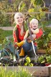 Женщина работая на уделении с ребенком стоковые фотографии rf