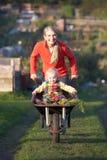 Женщина работая на уделении с ребенком стоковая фотография rf