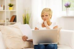 Женщина работая дома Стоковое Изображение
