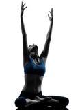 Женщина работая протягивать йоги сидя Стоковая Фотография