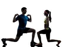 Женщина работая разминку фитнеса с тренером человека Стоковое Фото