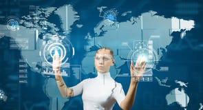 Женщина работая с виртуальным интерфейсом стоковое изображение rf