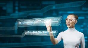 Женщина работая с виртуальным интерфейсом стоковая фотография rf