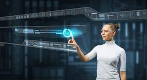 Женщина работая с виртуальным интерфейсом стоковые изображения rf