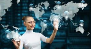 Женщина работая с виртуальным интерфейсом стоковое фото rf