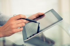 Женщина работая с грифелем и цифровым ПК таблетки Стоковое Изображение