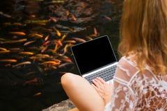 Женщина работая с Дзэн портативного компьютера любит Стоковое Фото