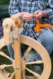 Женщина работая с закручивая колесом Стоковые Фотографии RF