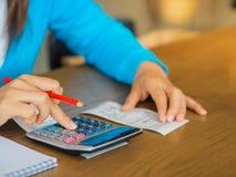 Женщина работая с калькулятором, Стоковое Изображение RF