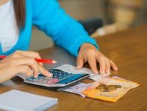 Женщина работая с калькулятором, Стоковые Изображения RF