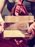 Женщина работая с кирпичами стоковая фотография