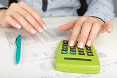 Женщина работая с документами в офисе Стоковые Фото