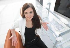 Женщина работника офиса была неуверена о неуверенной ситуации Стоковая Фотография