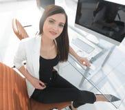 Женщина работника офиса была неуверена о неуверенной ситуации Стоковые Фото