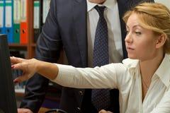 Женщина работника офиса обсуждая проект Стоковое Изображение RF