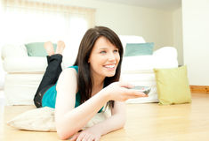 женщина радостного телевидения наблюдая стоковое фото
