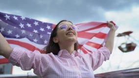 Женщина развевая флаг США, патриот, безопасное будущее для молодые люди в их стране видеоматериал