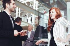 Женщина разговаривая с деловым партнером стоковые изображения
