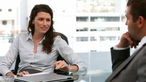 Женщина разговаривая с человеком акции видеоматериалы