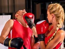 Женщина разминки бокса в классе фитнеса Люди тренировки 2 спорта Стоковые Фото