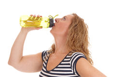 Женщина разминки выпивая от ее бутылки с водой Стоковое Изображение