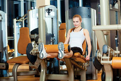 Женщина разминки тренировки расширения ноги спортзала крытая Стоковые Изображения RF