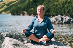 Женщина размышляя на озере стоковая фотография rf