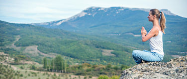 Женщина размышляет на горах Стоковое Фото