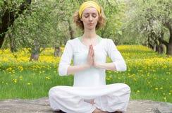 Женщина размышляя в зацветая саде Стоковое Изображение