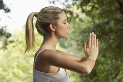 Женщина размышляя в парке Стоковые Изображения RF