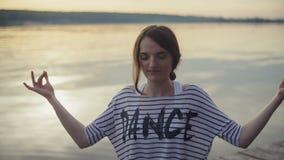 Женщина размышляя в представлении йоги на пляж на акции видеоматериалы