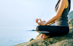 Женщина размышляя в представлении йоги на тропический пляж Femal Стоковая Фотография RF