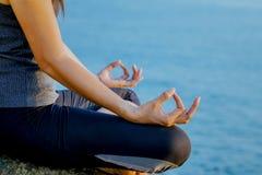 Женщина размышляя в представлении йоги на тропический пляж Femal Стоковое фото RF