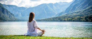 Женщина размышляя на озере Стоковое Изображение RF