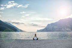Женщина размышляя на озере стоковые изображения