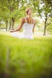 Женщина размышляя на парке Стоковые Изображения