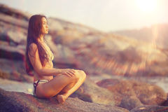 Женщина размышляя на пляже моря Стоковые Фото