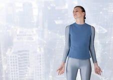 Женщина размышляя штилев и мощно над мягкой белой предпосылкой стоковое фото